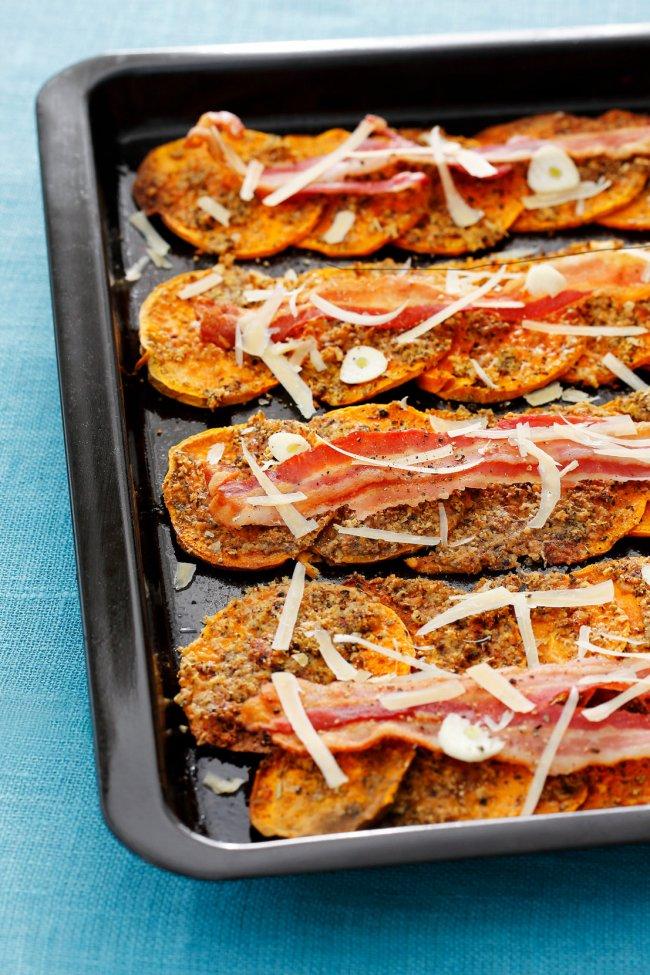 Röstitud bataadiviilud krõbeda küüslaugu-juustukattega.